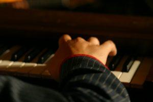 hand auf dem piano