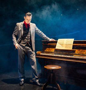 hochzeitssänger piano entertainment berlin tom engel steht am piano