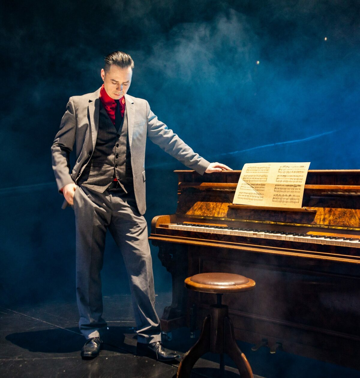 tom engel steht am klavier